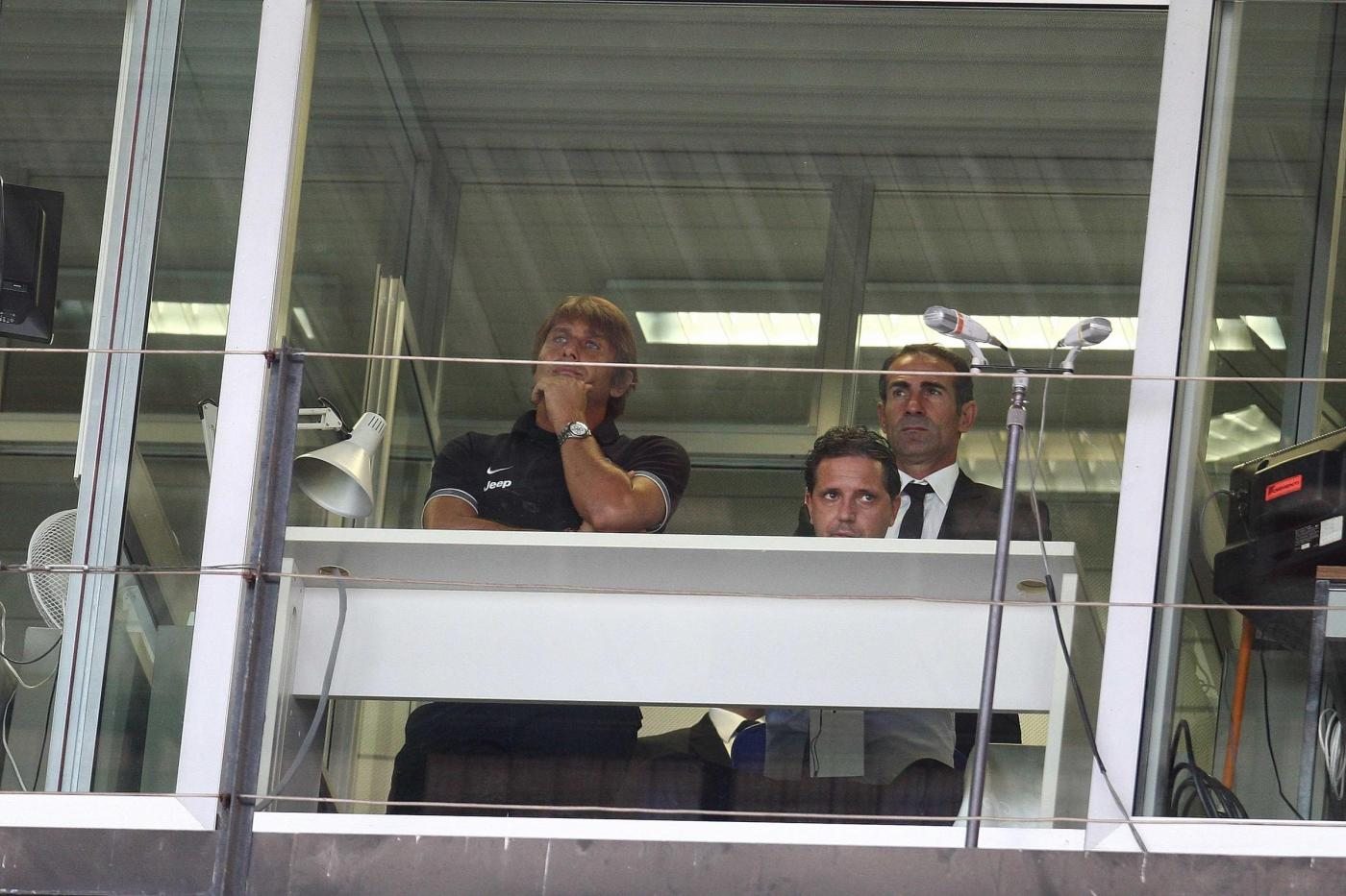 conte-segue-i-suoi-in-tribuna.jpg